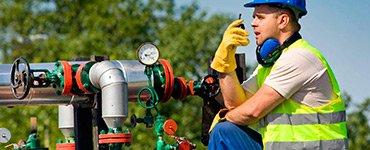 Personal revisando un sistema de seguridad industrial