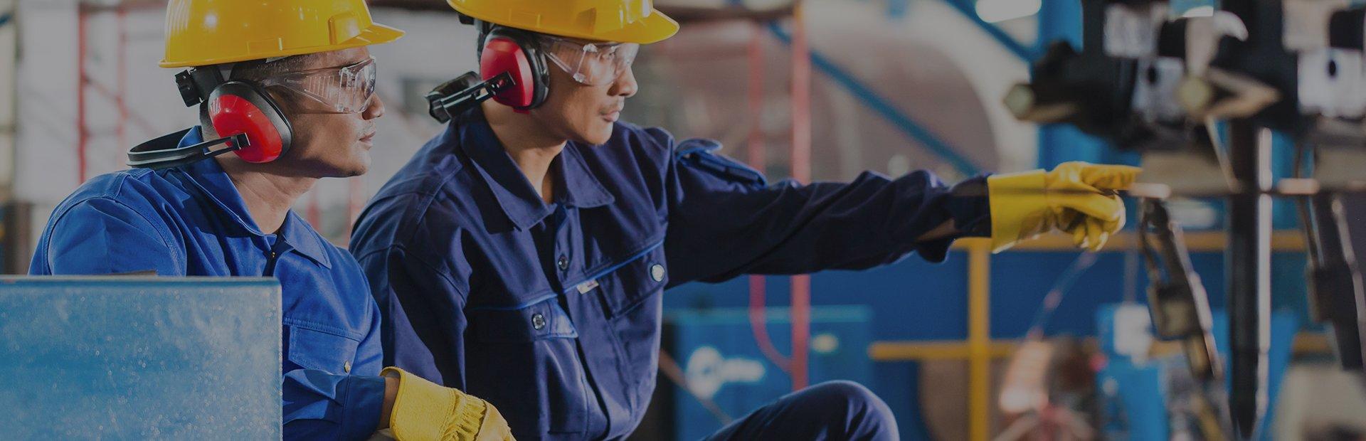 Personal de Automatización y Control Scale trabajando en un sistema de automarización industrial