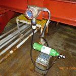 Fotografía de un detector de gases calibrándose