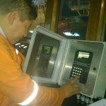 Personal especializado configurando un monitor de alarma de gas