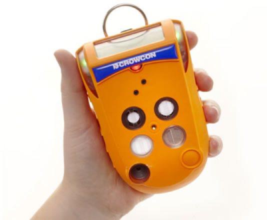 Persona mostrando un detector de gases portátil