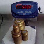 Foto de una balanza de laboratorio en mantenimiento