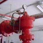 Fotografía de una instalación contra incendios utilizando válvulas de diluvio, rociadores y válvulas de alarma
