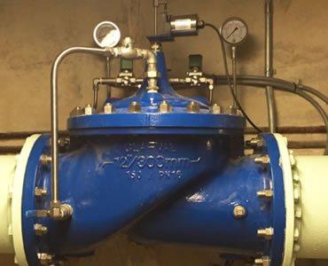 Foto de una válvula de control de flujo de agua en un sistema de bombeo